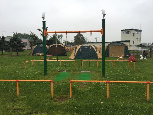 しのつ湖公園キャンプ場の遊具その1。ブランコ。