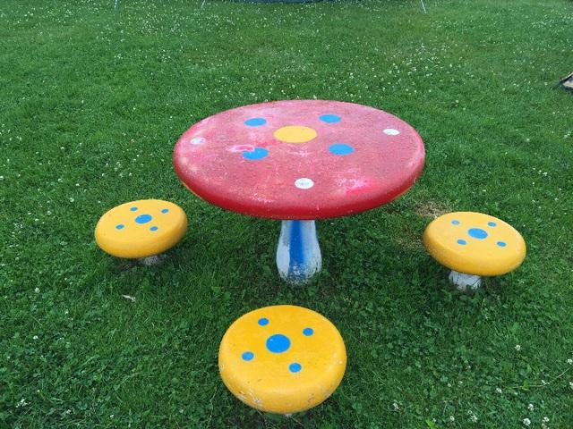 しのつ湖公園キャンプ場の遊具その3。きのこのテーブル。遊具じゃ無いねこれは。