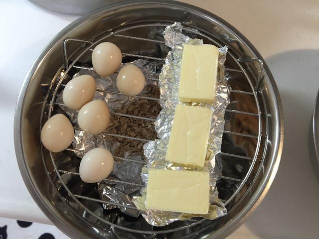 網の上にウズラの卵とチーズをセット。