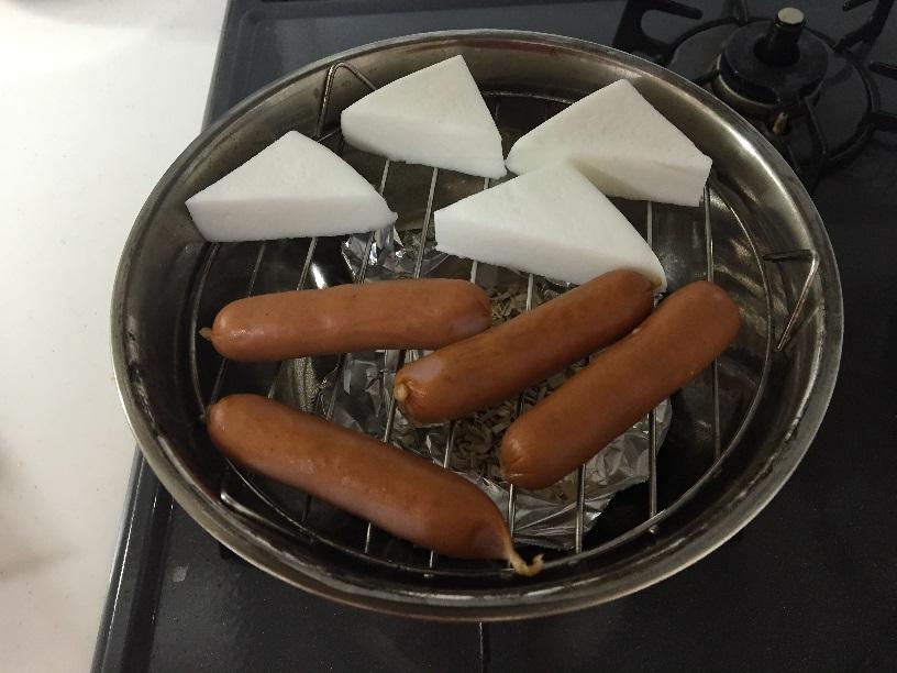 最初ははんぺんとウインナーを燻す。