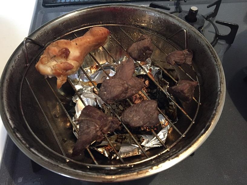 手羽元とエゾシカ肉の燻製ができたー。