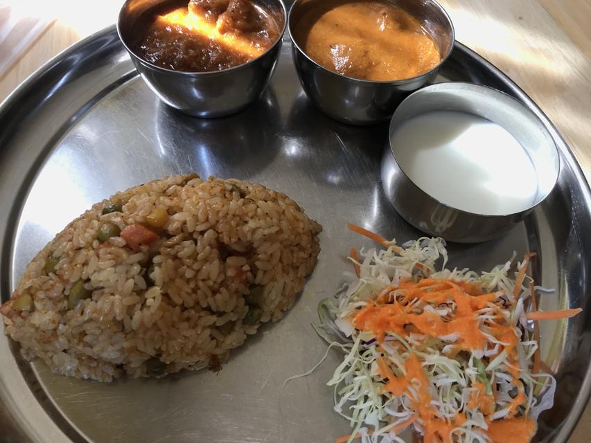 アマン川沿店のカレー。ご飯が味付きの炒めたご飯で、これ単体でもとても美味しかった。