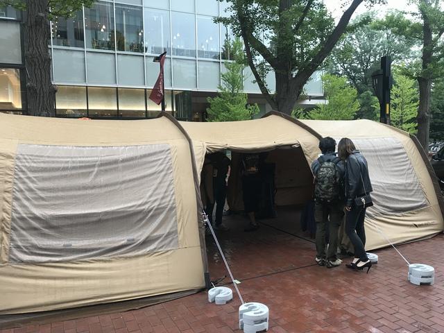馬鹿でかいトンネル型テントが!テンマクデザインの物らしい。