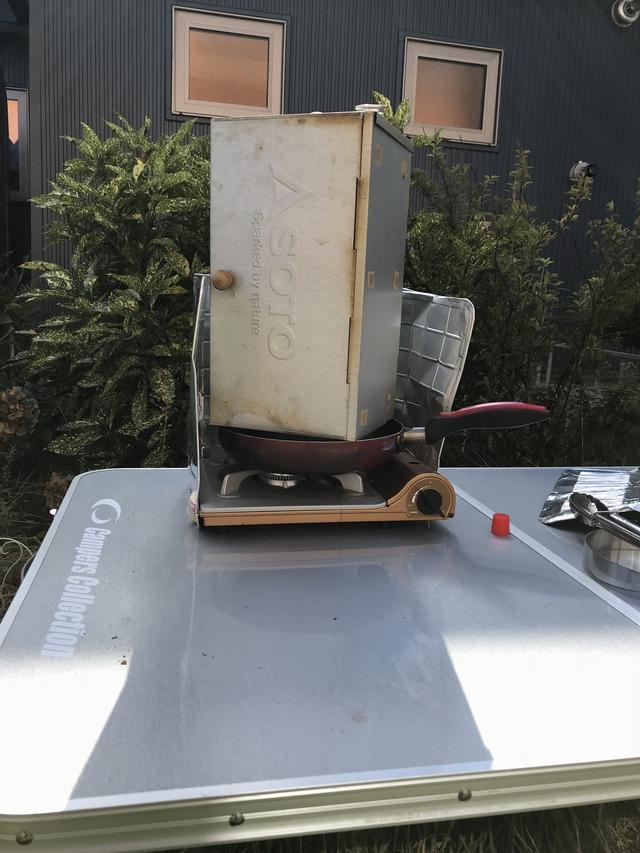 ガスコンロにフライパンを乗っけ、弱火で燻す。さくらのウッドを使った。