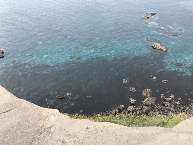 積丹ブルー。写真では伝わりにくいが、とても綺麗だった。これは本当に綺麗だった。苦労して歩く甲斐がある。