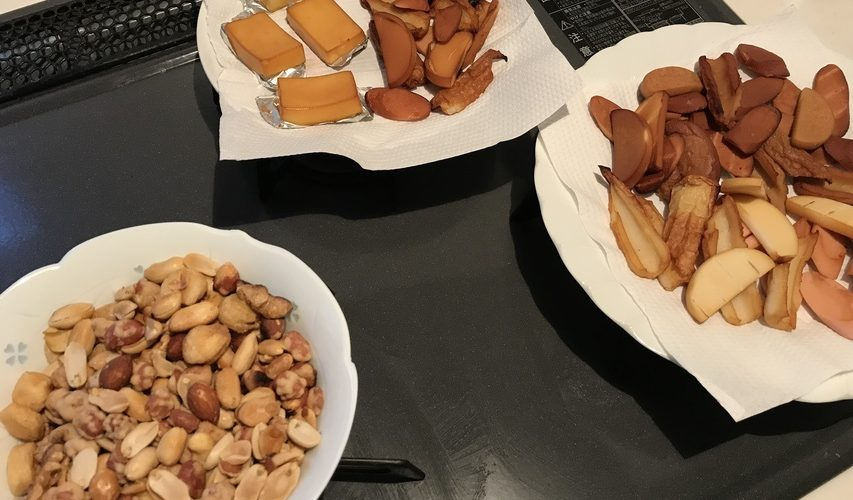 ナッツ、チーズ、ちくわ、魚肉ソーセージ、かまぼこの燻製。