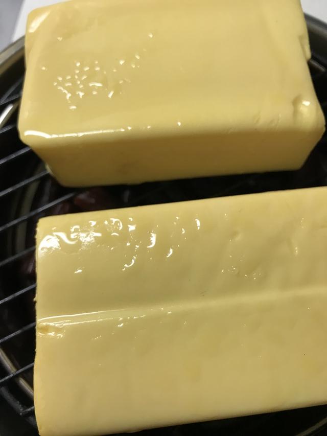 燻製後のチーズに水が!急いで拭かなければ