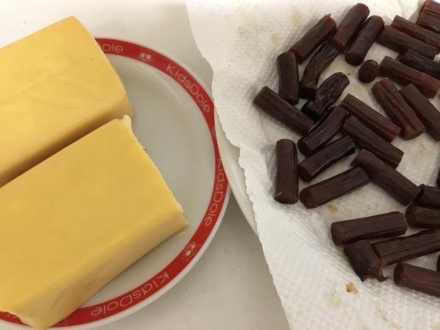 燻製後のチーズとカルパス。チーズの色味はあまり着いていないが、燻製香はそれなりにする。