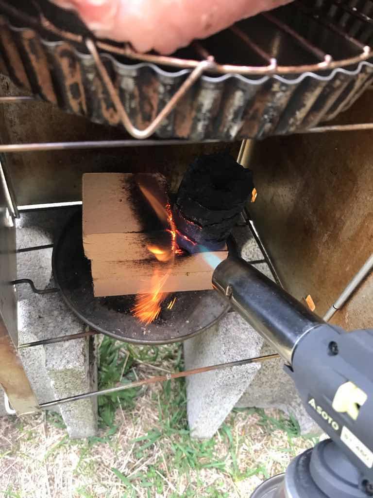 炭を熱源にして燻製器内の温度を保つ試み。
