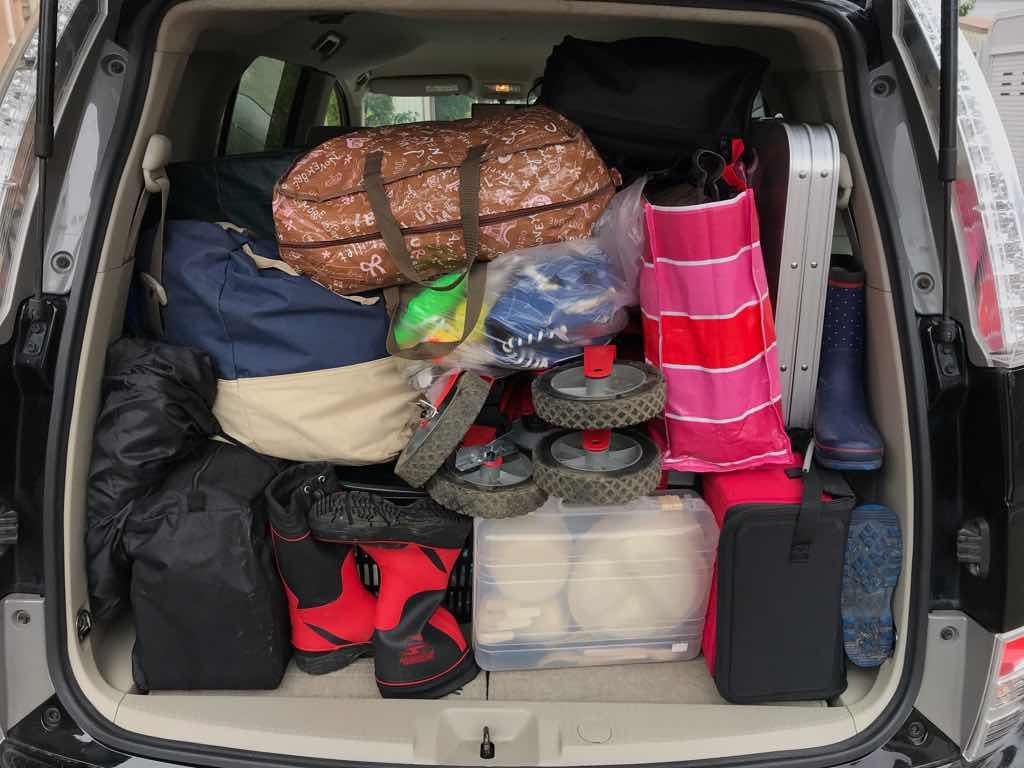 車にキャンプ道具を詰め込む。後ろの視界を確保できる様、上は開けておくのが大事。
