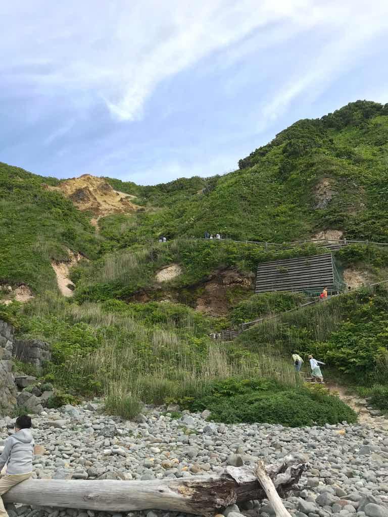 しかし、この海岸に辿り着くにはこの山道を降りてこなければならない。