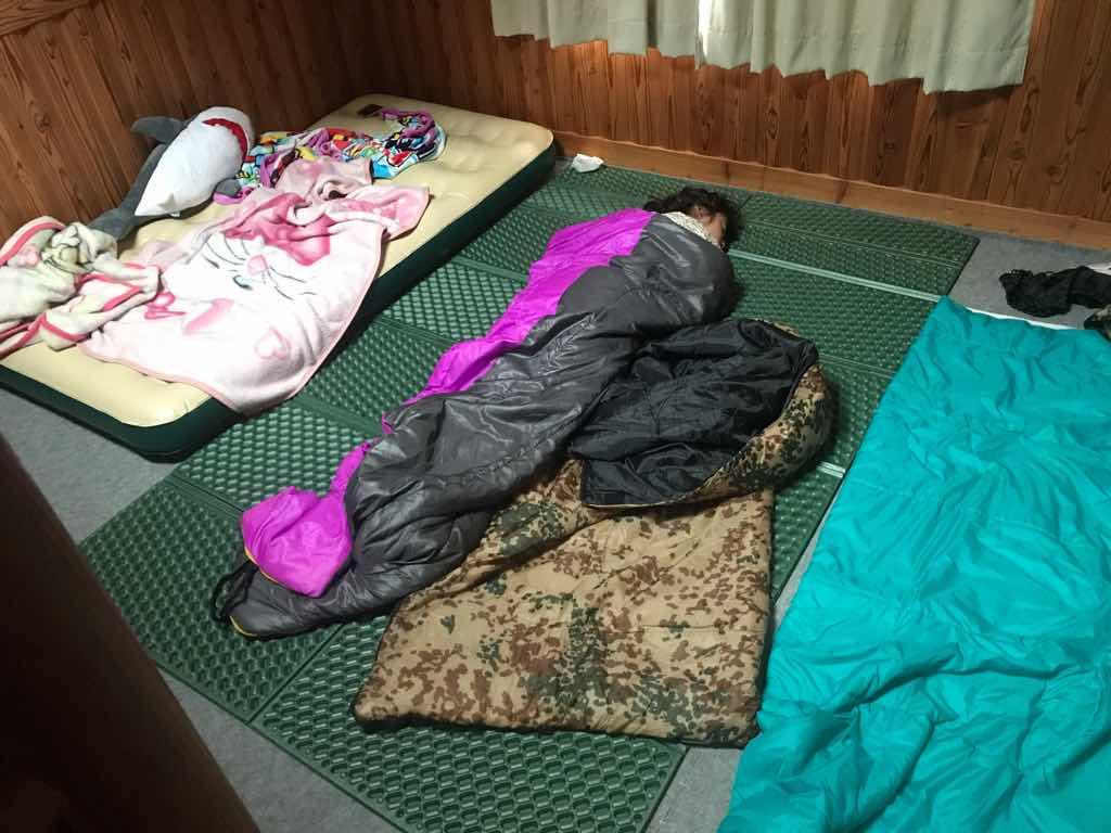 床は4人寝られるスペースがある。