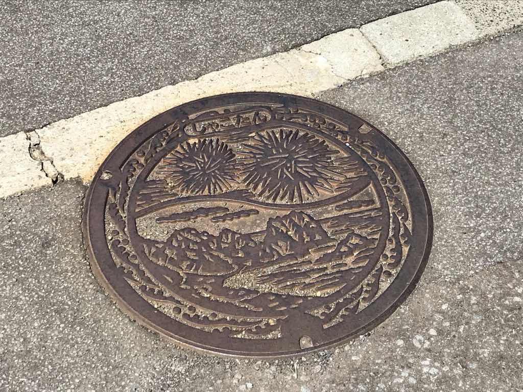 積丹のマンホール。ウニと岬が描かれている。