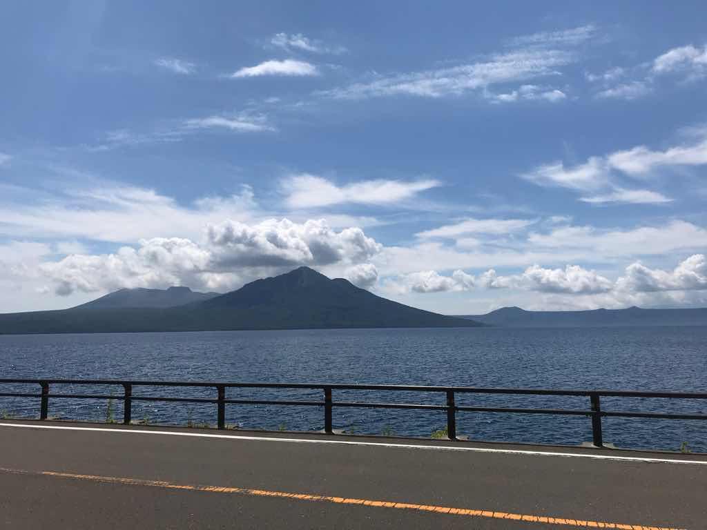 車道から中島をパチリ。支笏湖はいつ見ても心が躍る。